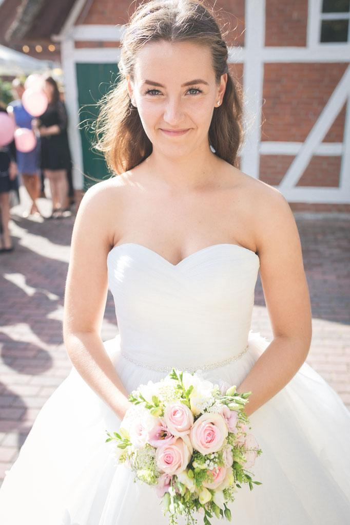 Brautkleid, Brautstrauß, Braut