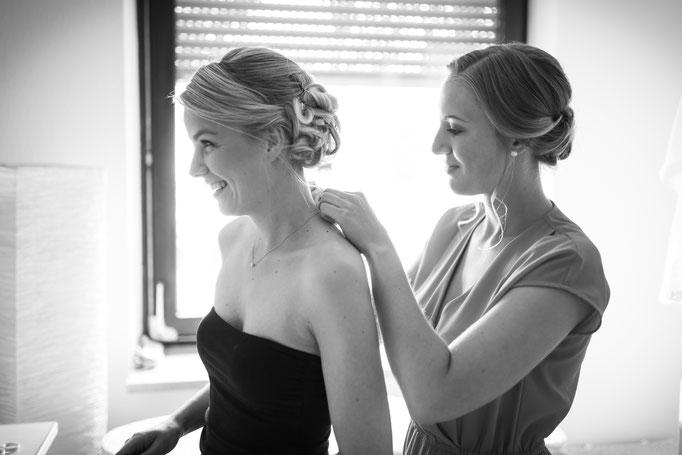 Hochzeitsreportage - Getting Ready der Braut - Trauzeugin