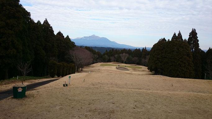 母智丘カントリーで正面に見えるのが霧島連山です