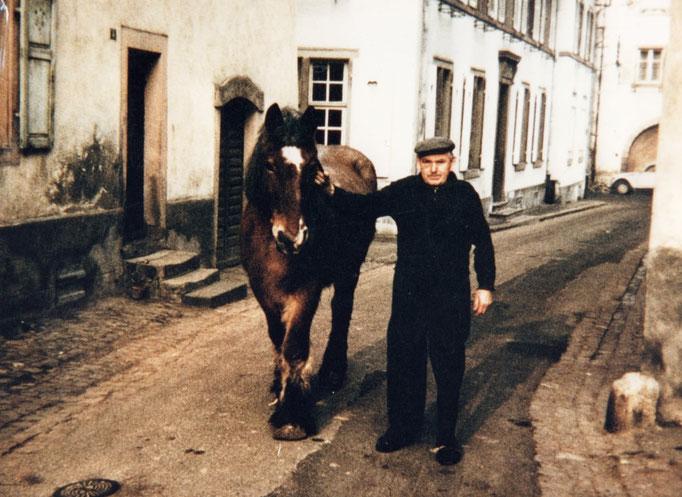 Fernand Fürher amenant Fretzi à la fontaine pour boire.Il s'agit du grand Père de Francine Chiavelli. Un personnage!! Il était garde champêtre et garde suisse à l'église