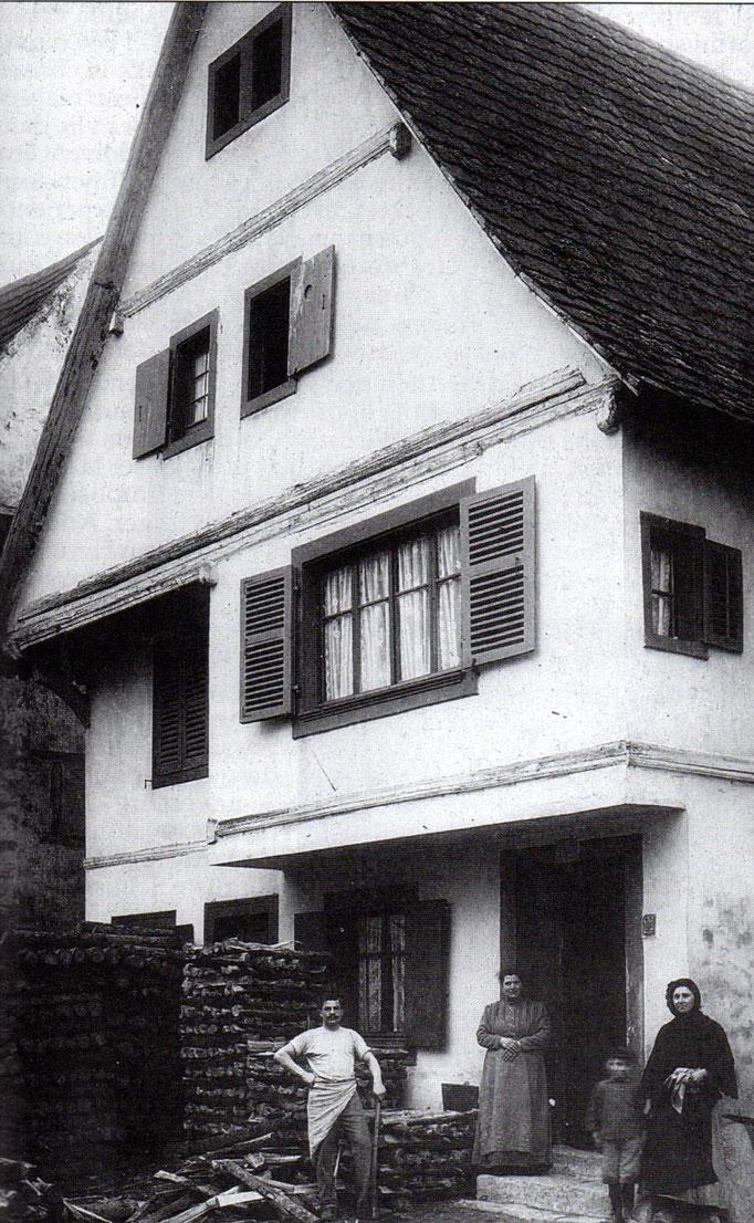 la maison Marx était anciennement ROESSLE. cette photo est un document d'Anny Hausherr.Me Hausher tenait la mercerie Roesslé 5 place St Léon actuellement au château fleuri.