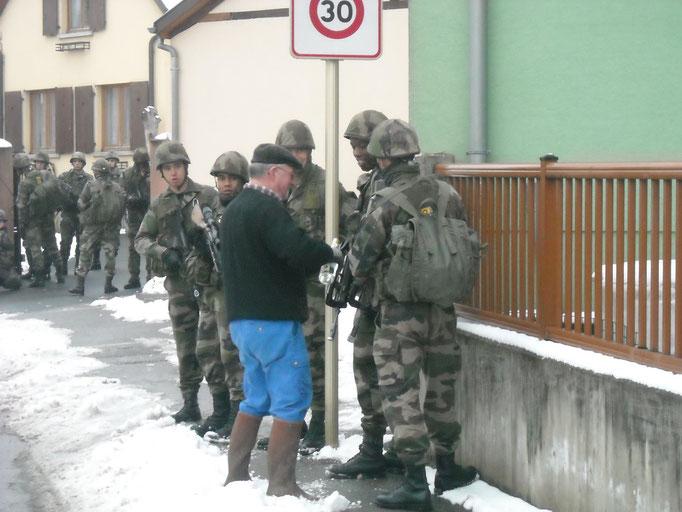 Paul Zinck sert un Schnappsala aux militaires libérateurs