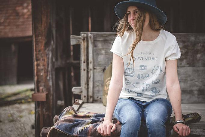weisses Bio Baumwolle T-Shirt mit Camping Motiv  als Siebdruck auf der Vorderseite