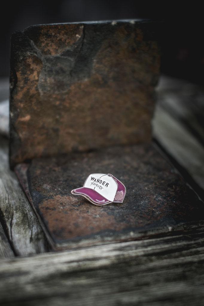 Emaille Ansteck Pin mit Truckercap Motiv. Hochwertiges Emaille mit .Wander forever Quote