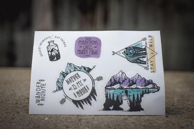 bunte Sticker im Set mit Outdoor und Camping Motiven für Laptop von Wanderrute