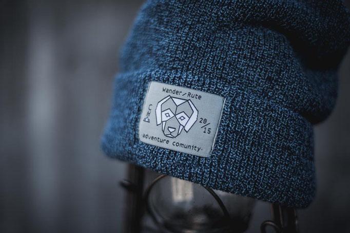 Melange Blaue Strickmütze mit Wanderrute Label Patch auf der Vorderseite. Warme und weiche Winter Beanie mit breitem Umschlag.