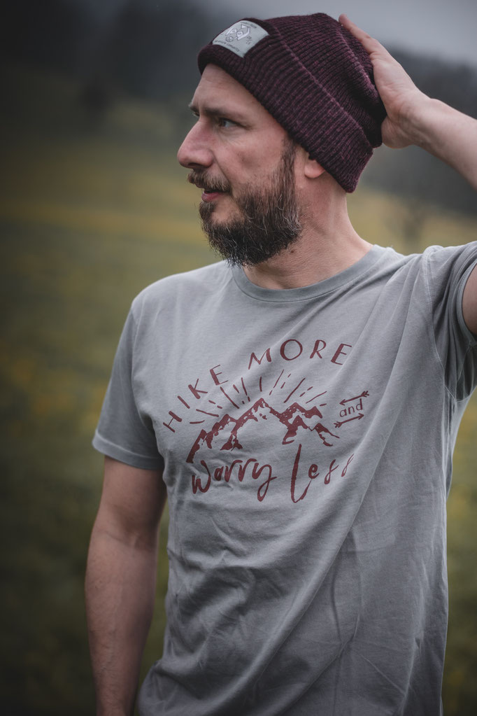 Bio Baumwolle T-Shirt mit Outdoor Print für Herren mit Camping Motiven als Druck auf der Vorderseite.