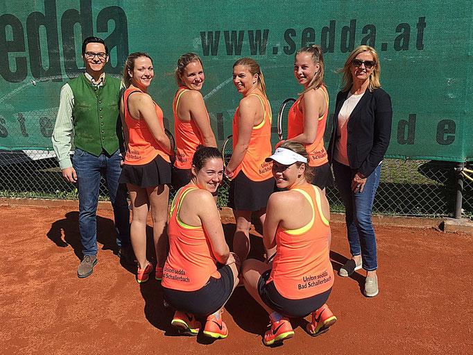 Die Damenmannschaft der Union SEDDA Bad Schallerbach mit den Sponsoren Uschi und Johannes Ragailler