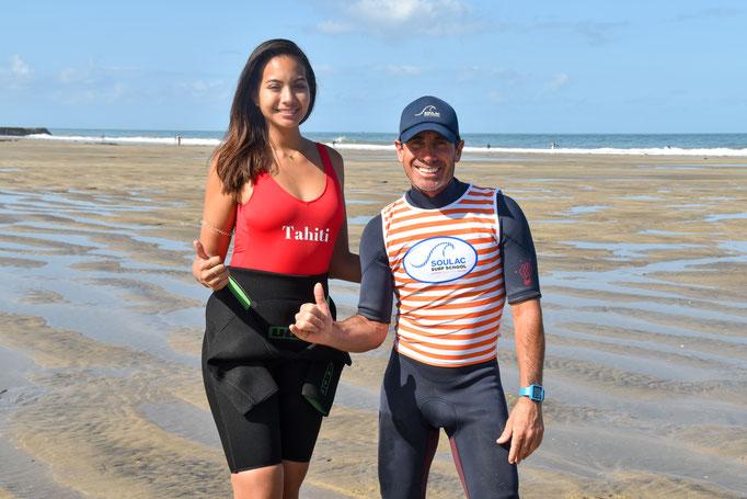 Miss Tahiti et son moniteur à la Soulac surf school, plage des Naïades