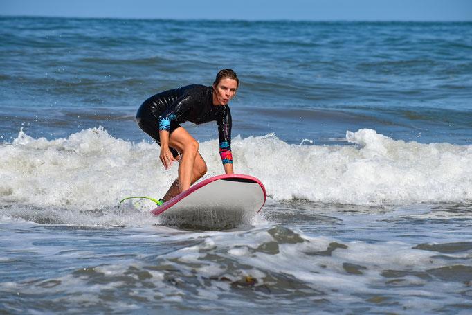 Sylvie Tellier contôle son surf sur les vagues de Soulac sur mer, avec Soulac surf school