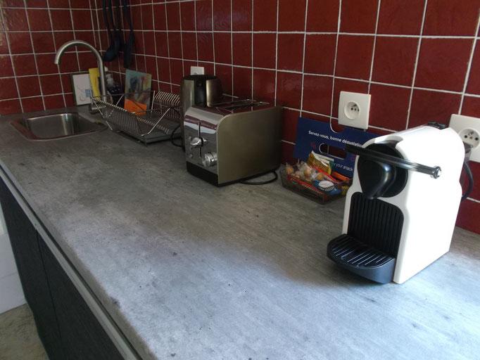 Nespresso avec dosettes offertes, boulloire avec thés et tisannes, grille pain