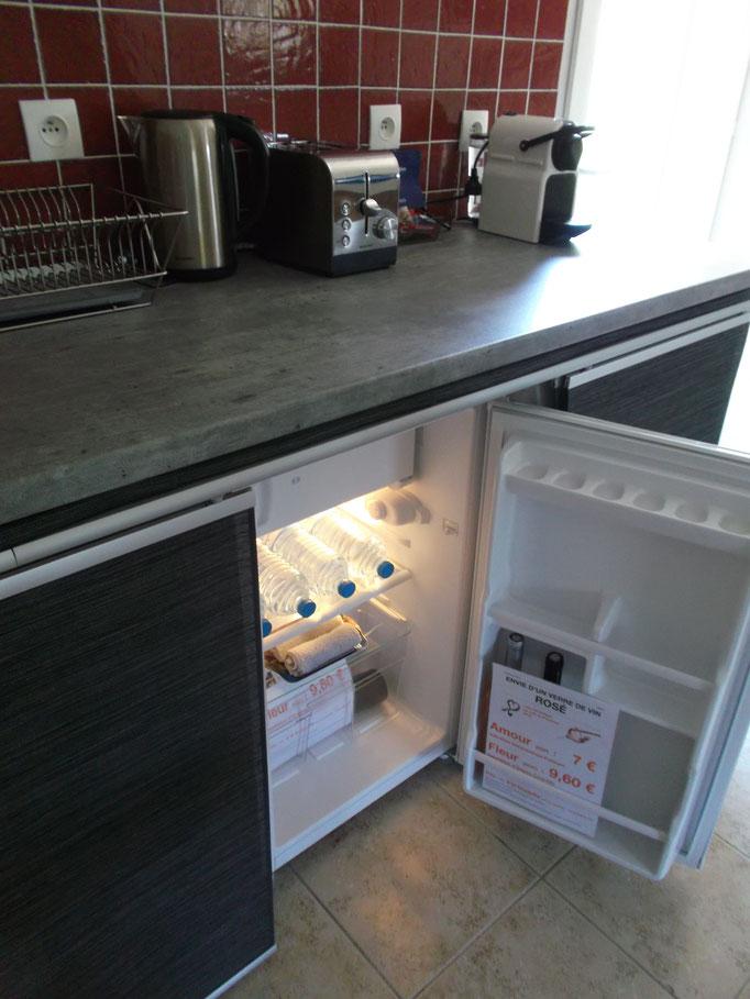 réfrigérateur, avec une bouteille d'eau minérale (1,5L) par jour (offerte)