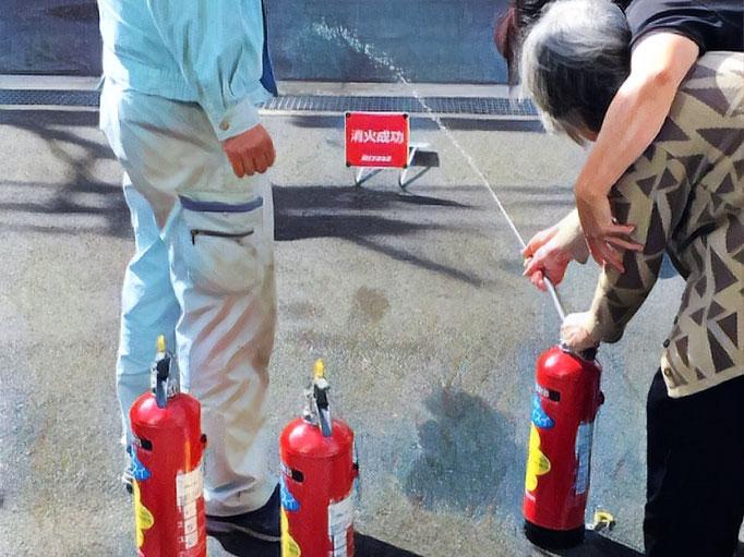 水消火器にて消火訓練の様子。