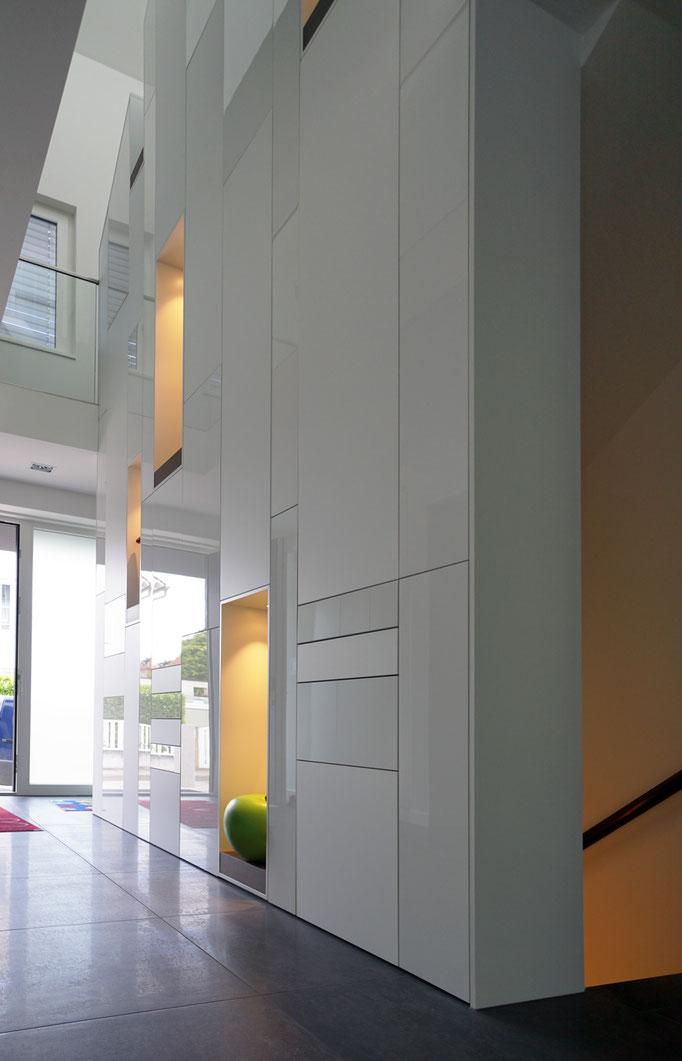 Schrankelemente als Abstürzsicherung (7 Meter hoch), Acryloberfläche (Kombination aus matt und glänzend)