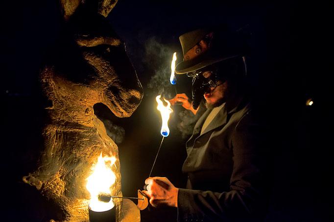 Feuerkünstler mit Maske