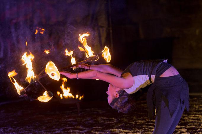 Feuerkünstlerin-Akrobatik