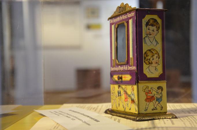 Automat für Schokoladen-Zigaretten, ca. 1920.