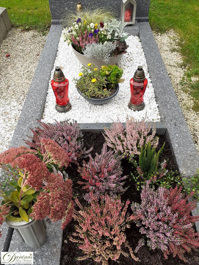 Schöne Grabgestaltung Herbst mit Kies.