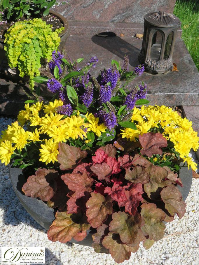 Schöne Grabgestaltung Idee für den Herbst mit bunten Blumen.