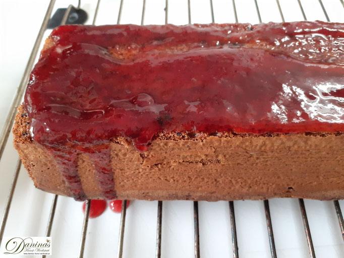 Flüssige Marmelade auf den Kuchen geben