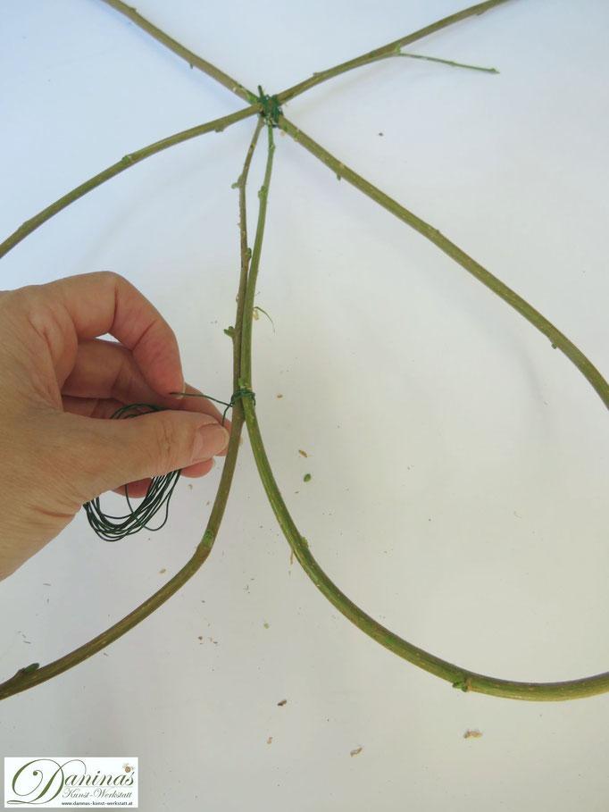 Herbstdeko: Herz aus Haselnuss Zweigen mit Hagebutten basteln