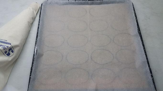 Backpapier über die Schablone auf das Backblech legen