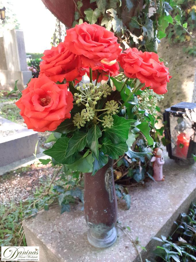 Grabgestaltung im Herbst mit Rosen und Efeu