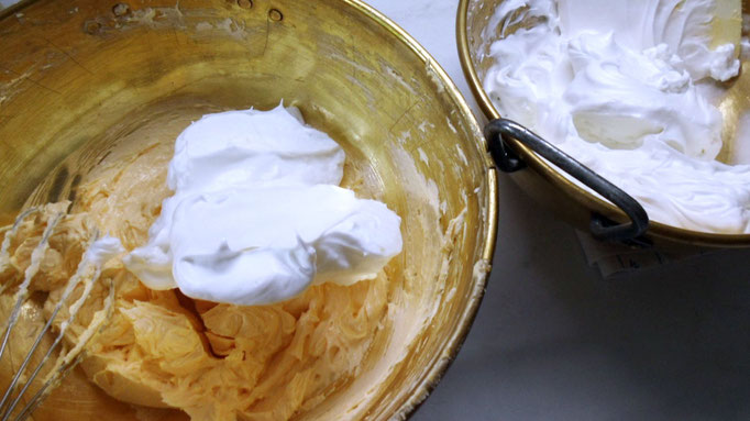 Ein Drittel vom Schnee in die Dotter-/Buttermasse geben und unterrühren