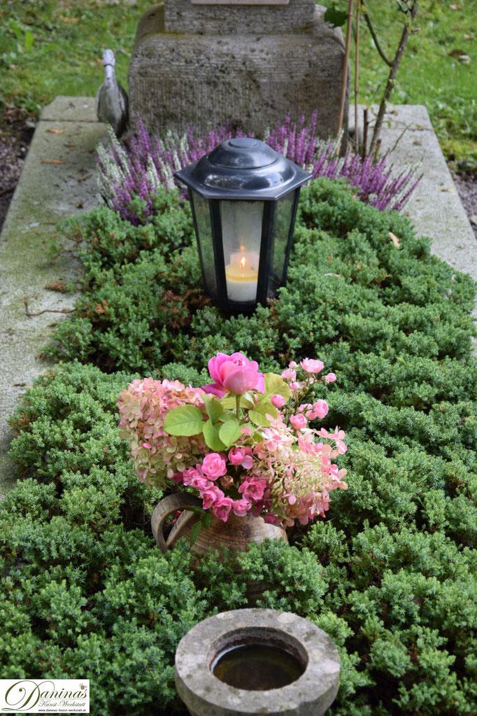 Grabgestaltung im Herbst pflegeleicht. Idee zum Selbermachen