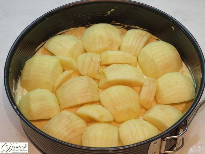 Äpfel auf den Teig legen.