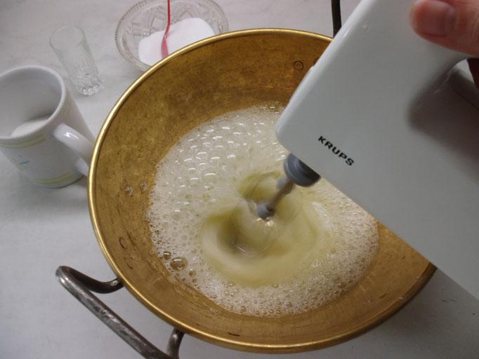 Eiklar mit einer Prise Salz anschlagen