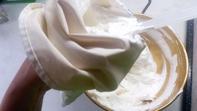 Meringue Masse in den Spritzbeutel füllen