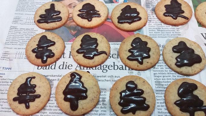Mit Schoko-Weihnachtsbäumen verzierte Linzer Kekse