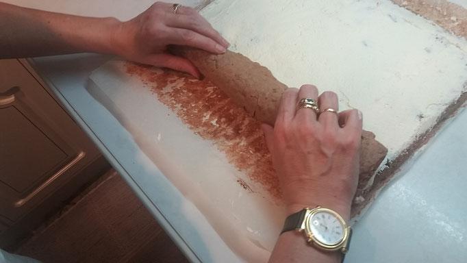 Biskuit mit beiden Händen zusammenrollen
