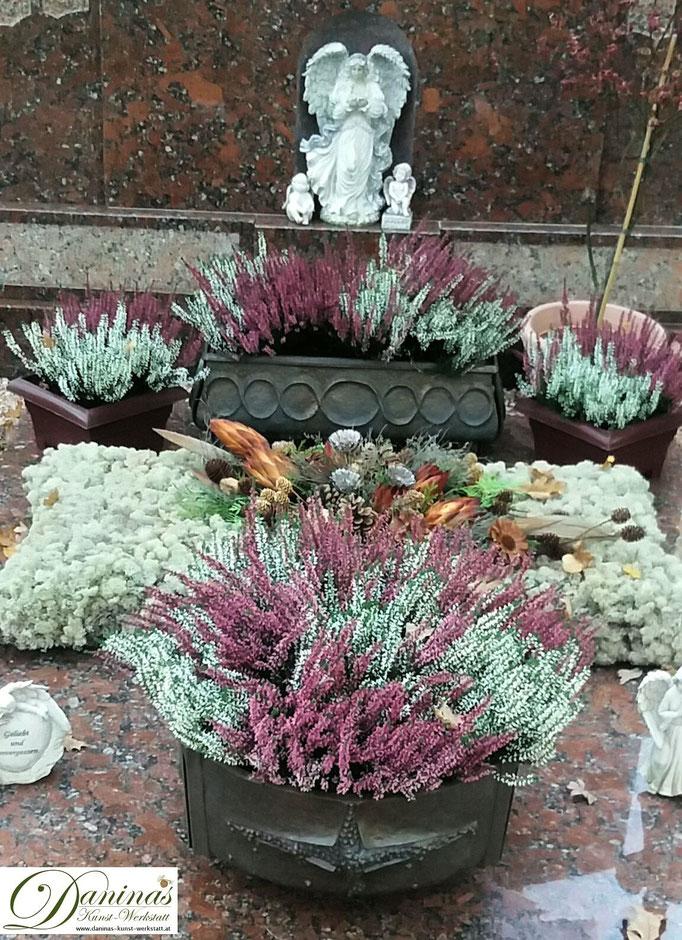 Opulentes herbstliches Grabgesteck mit Erika