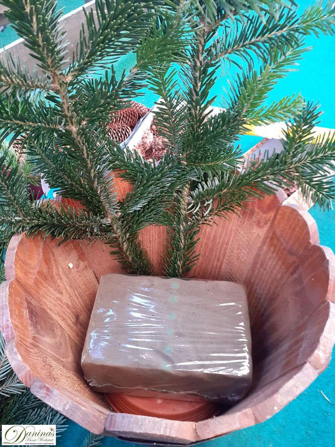 Weihnachtsdeko basteln mit Tannenzweigen und Zapfen - DIY Idee by Daninas-Kunst-Werkstatt.at