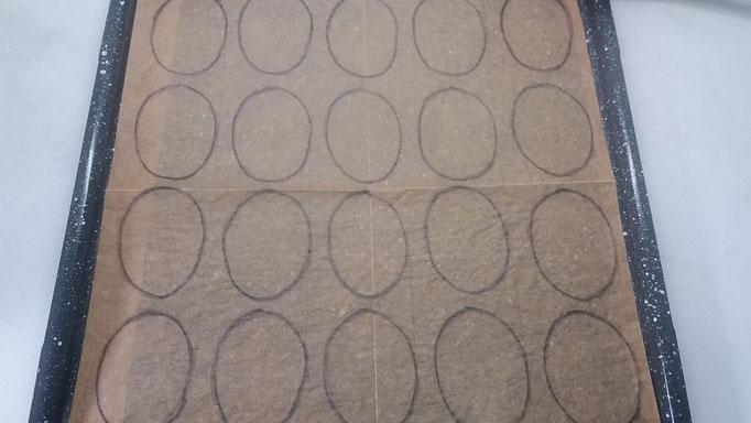 Muster-Vorlage für die Baiser auf ein Backbleck legen.