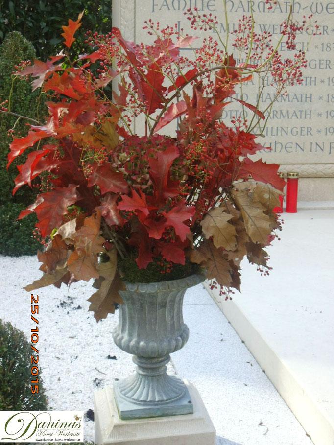 Herbstgesteck aus Blättern für das Grab