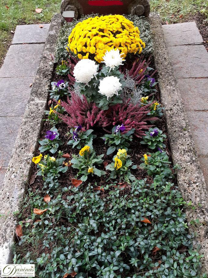 Schöne Grabbepflanzung im Herbst. Idee zum Selbermachen.