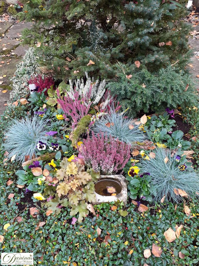 Idee für eine pflegeleichte Grabgestaltung und Grabbepflanzung im Herbst zum Selbermachen