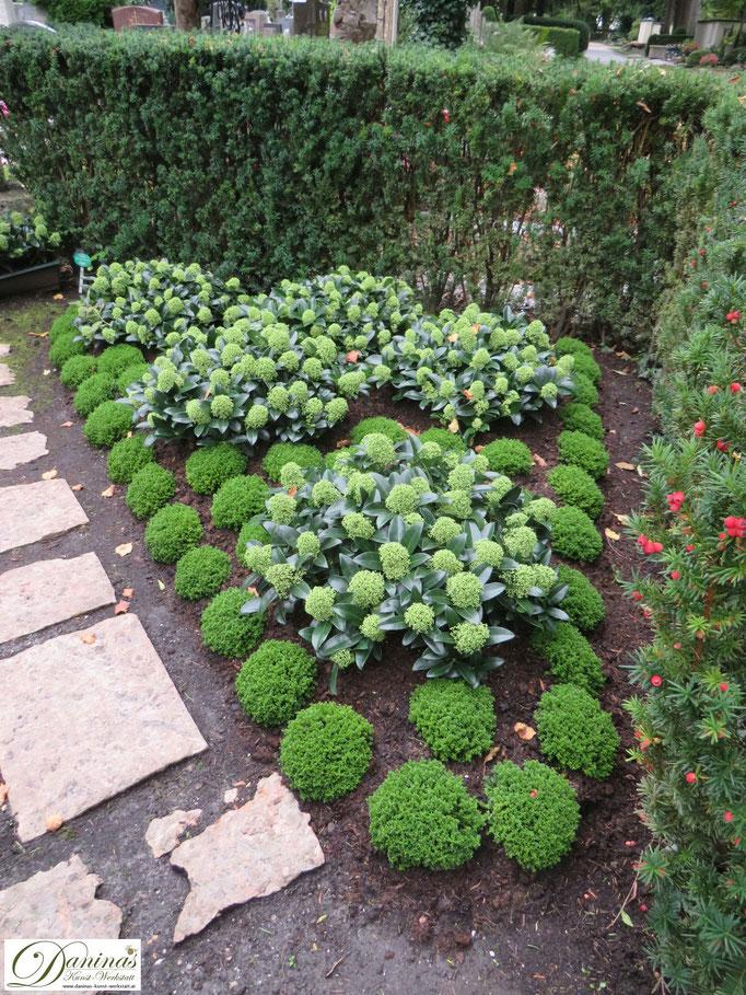Grabgestaltungsidee im Herbst pflegeleicht für Doppelgrab.