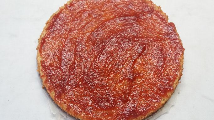 Marmelade auf die beiden Schnittflächen des Wiener Bodens streichen