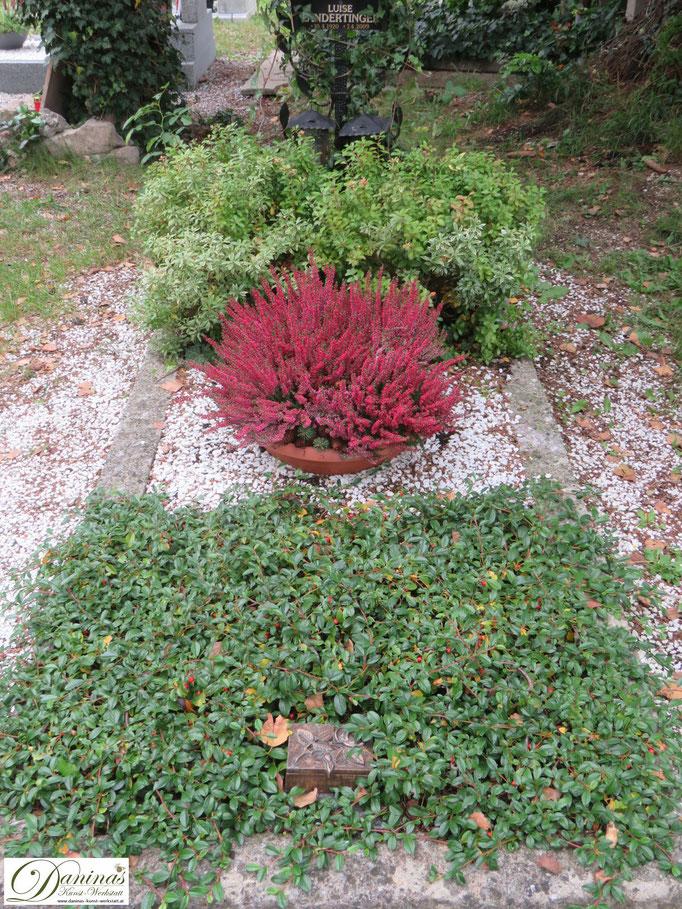 Grabgestaltung Idee für Herbst pflegeleicht. Einfach nachzumachen.