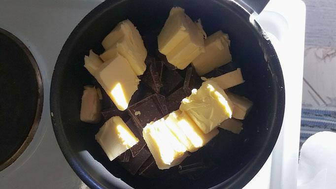 Zerkleinerte Schokolade und Butter in einen Topf geben