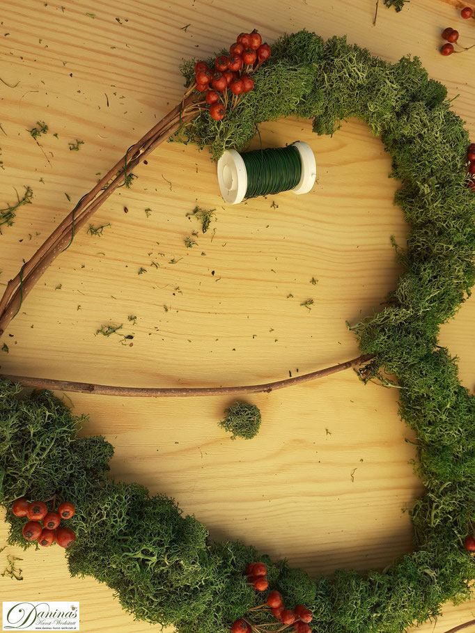 Moosherz basteln mit Hagebutten - DIY Weihnachtsdeko Idee by Daninas-Kunst-Werkstatt.at