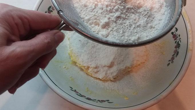 Mürbeteig Zubereitung, Gewürze und Mehl zufügen