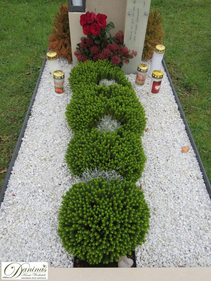 Pflegeleichte Grabgestaltung Herbst mit Kies und Wacholder.