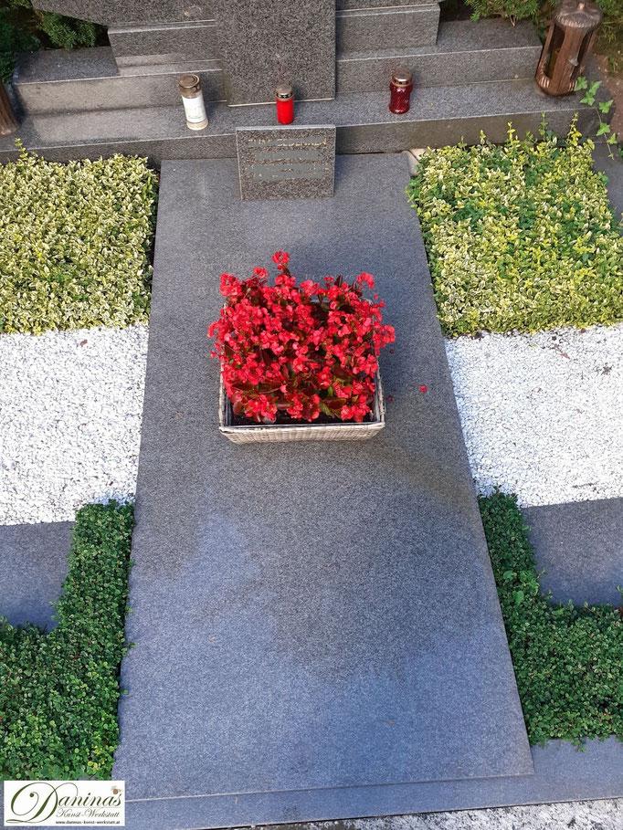 Herbstliche Grabgestaltung mit Kies.