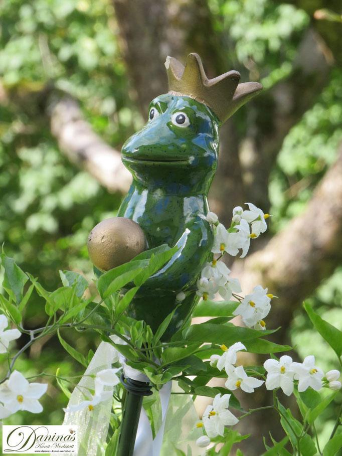 Weißer Sommerjasmin kombiniert mit dunklem Grün bringt Magie in den Garten.