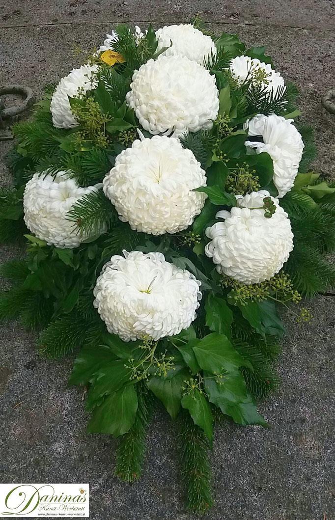 Herbstliches Grabgesteck in Weiß